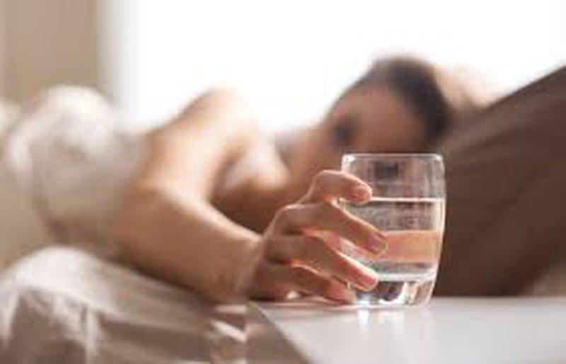 ما سبب جفاف الفم في الليل، وكيف تتغلب عليه؟