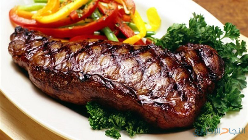 شرائح اللحم مع صلصة اللبن والخيار