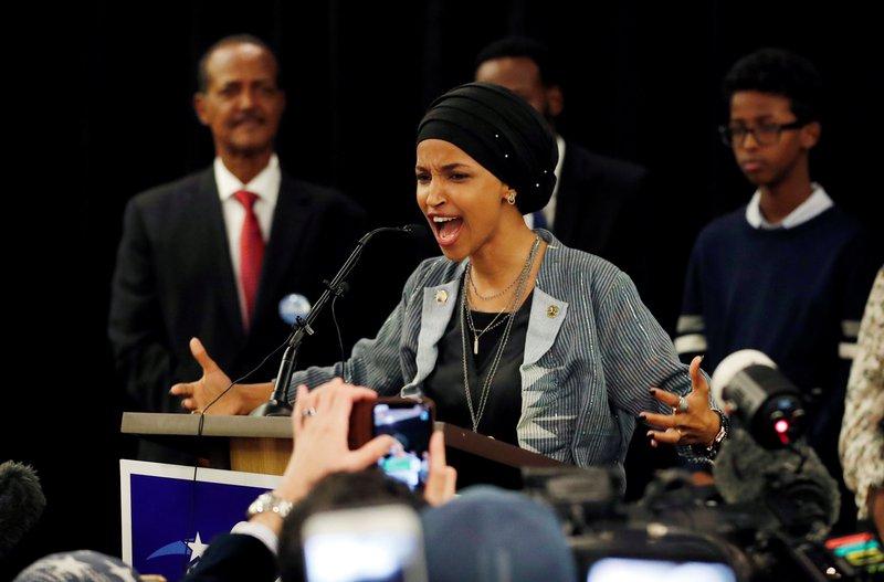 """ترامب يهاجم إلهان عمر ويعتبر أن تصريحاتها """"يوم مظلم لإسرائيل"""""""