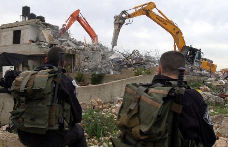 الخليل: الاحتلال يخطر بهدم شقتين سكنيتين ويستدعي أسيرا محررا