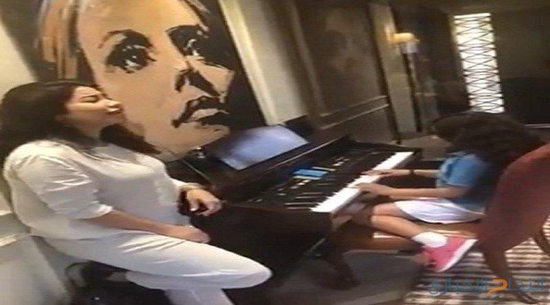 """في عيد الأم.. ابنة شيرين تعزف لها أغنية """"مشاعر"""" على البيانو (فيديو)"""