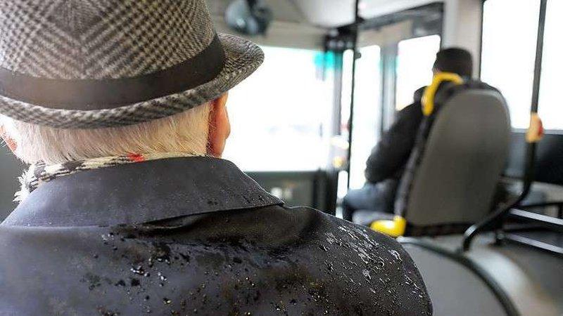 مسن يعتدي بوحشية على سائقة حافلة لأنه نسي تذكرته!