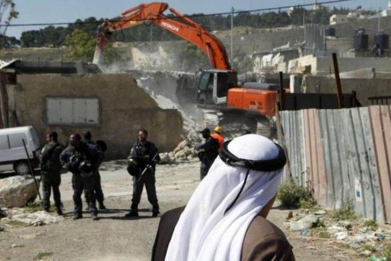 تسليم إخطارات هدم ووقف بناء منازل في قرية حارس غرب سلفيت