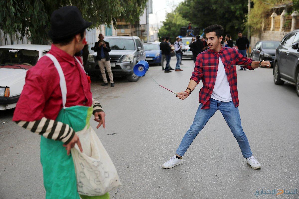 فرقة موسيقية فلسطينية تعزف الموسيقى في الشارع خلال كرنفال الشارع في مدينة نابلس بالضفة الغربية في 28 نوفمبر ، 2018.