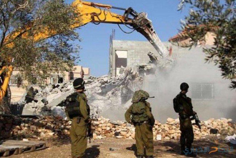 الاحتلال يهدم مبنى سكنيا ويعتدي على مواطنين