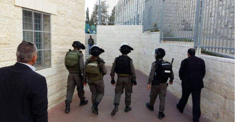 إصابة معلم وطلبة بالاختناق جراء اقتحام الاحتلال مدرسة الخليل