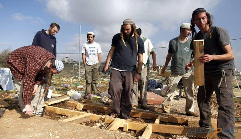 مستوطنون ينصبون خيمة فوق أراضي حوارة جنوب نابلس