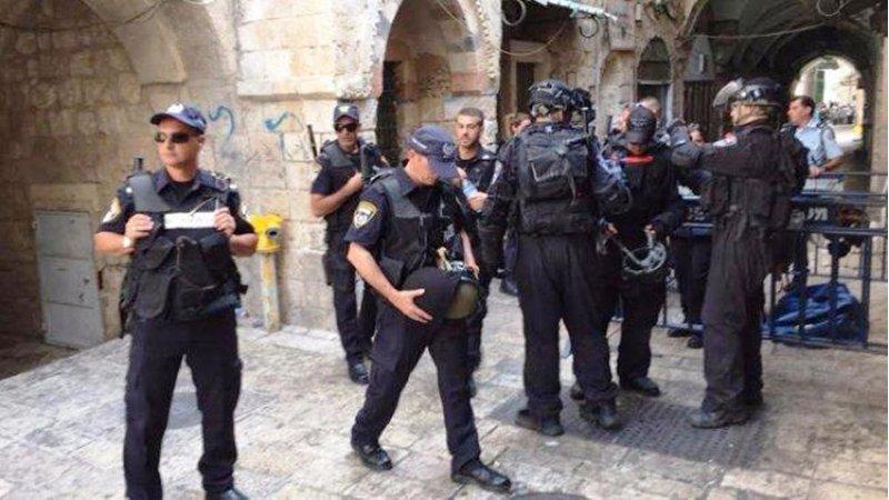 اعتقال حارس الأقصى بعد منعه للإحتلال من دخول مصلى باب الرحمة