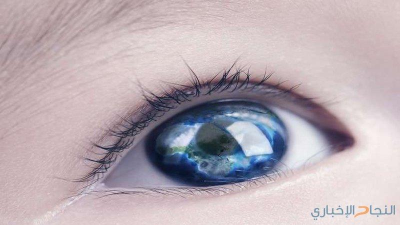 طفل يقرأ في الظلام يؤكد علاقة لون العيون بالرؤية!