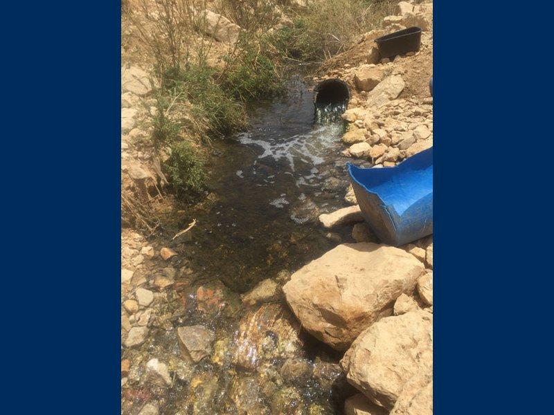 تسرب مياه نبع الى عمارة تجارية في مدينة جنين