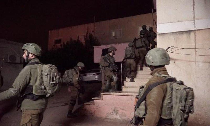 الاحتلال يعتقل 10 شبان من الضفة ويصادر أموالا
