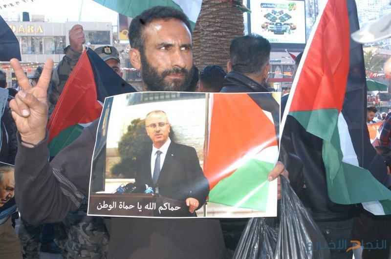 بالصور: نابلس ترفض بشدة محاولة اغتيال رئيس الوزراء وتخرج للشوارع تضامنا معه