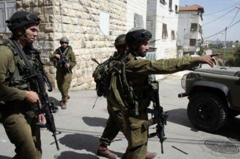 قوات الاحتلال تنصب حاجزا على مدخل بيت فجار