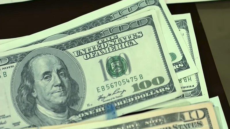 شاب يسرق أموال أمه في حادثة غير مألوفة