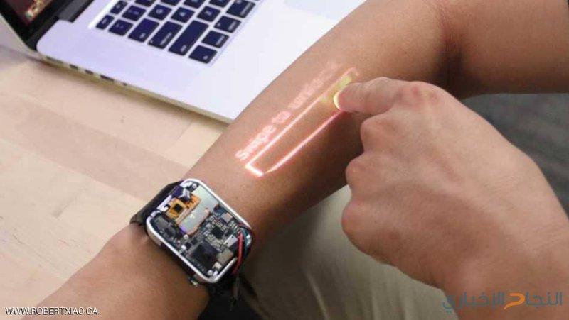 ساعة تحول يد المستخدم لشاشة تعمل باللمس