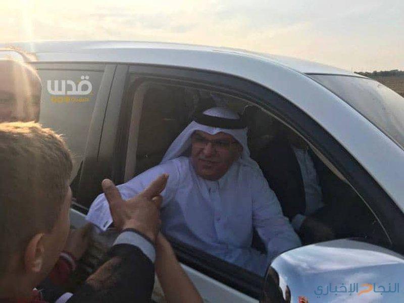 متظاهرون يرشقون سيارة العمادي بالحجارة شرق غزة