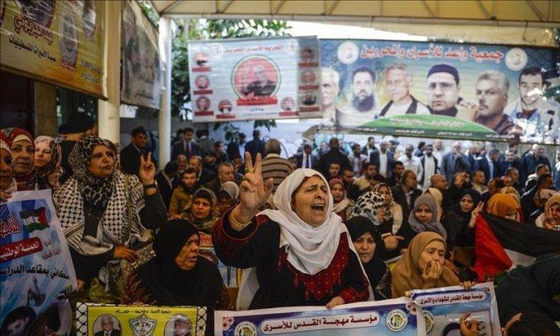 أهالي أسرى النقب ينظمون وقفة تضامنية مع أبنائهم في مدينة رام الله
