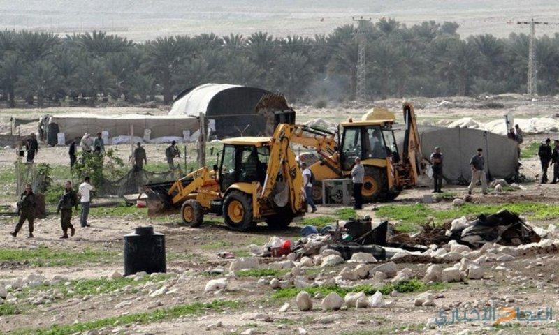 مستوطنون يقيمون بؤرة مكان قاعدة عسكرية