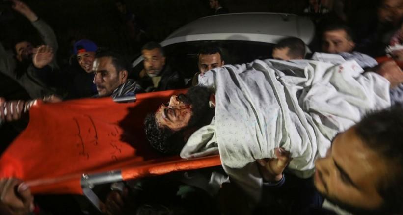 شبان يحملون جثمان الشهيد المقعد إبراهيم أبو ثريا