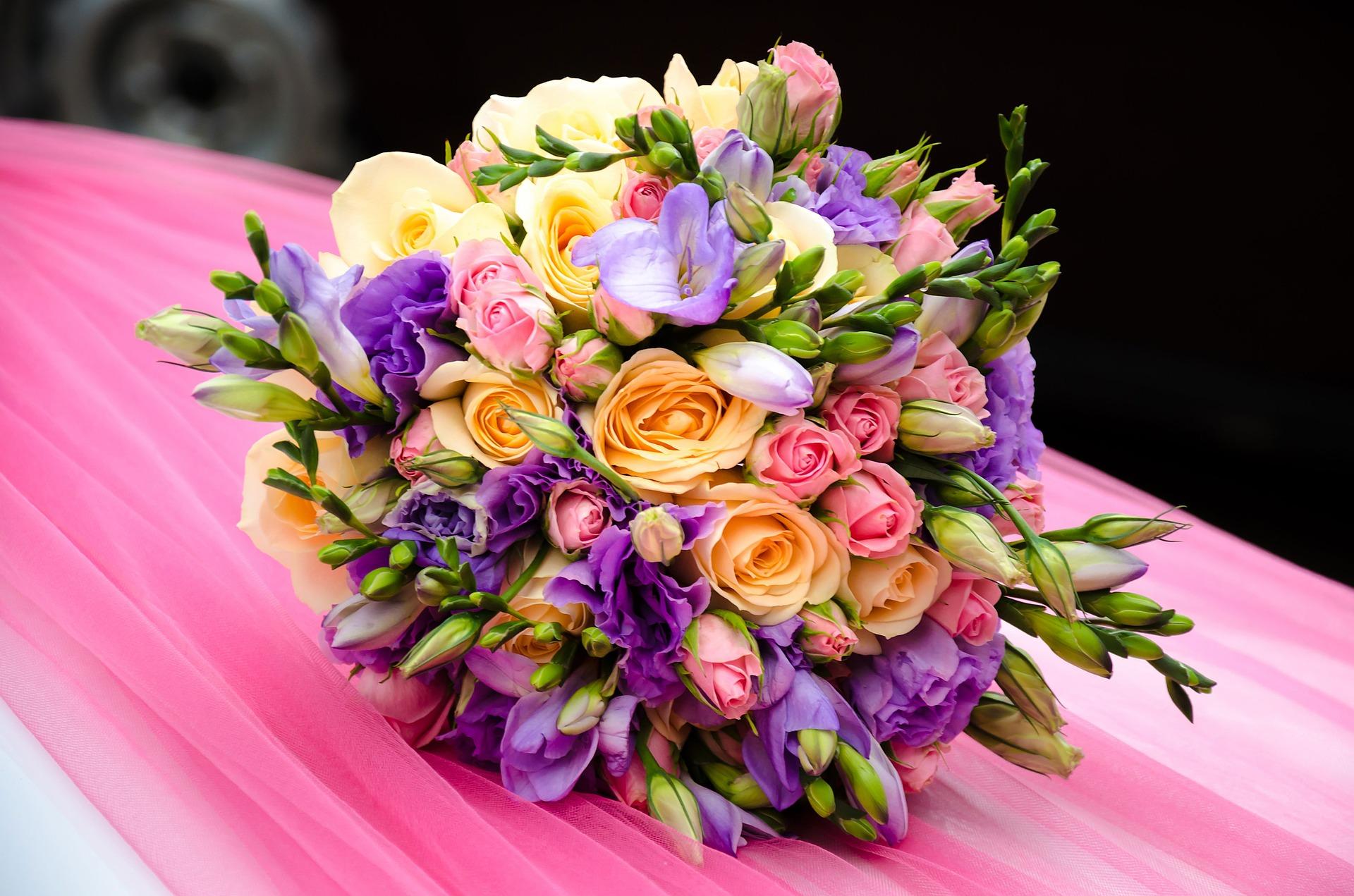 Где цветочному магазину покупать готовые букеты оптом